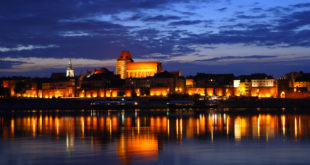 Toruń_-_Old_Town_by_night_01